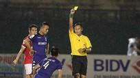 Trọng tài, cầu thủ Việt liên tiếp mắc sai lầm: Chủ quan hay không thuộc luật?