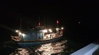 Tàu cá gãy chân vịt, 10 thuyền viên kêu cứu trên biển
