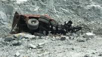 Chồng lái xe ben rơi xuống vực sâu tử vong, vợ khóc thảm