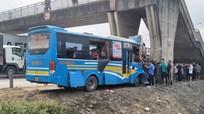 Xe khách tông trúng trụ cầu vượt trên quốc lộ, hơn 11 người bị thương