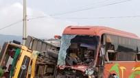 Đầu xe khách nát vụn sau khi đâm vào sườn xe tải