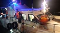 Bộ đội biên phòng Nghệ An cứu sống 7 người bị lật xuồng trên biển