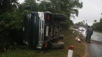 Xe tải tông nhau, lật nghiêng trên quốc lộ 48B