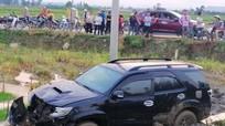 Ô tô va chạm xe máy, 2 người bị thương