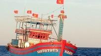 Lai dắt tàu cá cùng 17 ngư dân Nghệ An vào bờ an toàn