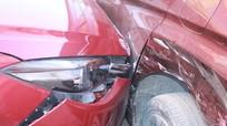 Nghệ An: Nữ tài xế đạp nhầm chân ga, ô tô đâm vào xe đậu bên kia đường