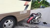 Xe máy đối đầu ô tô khách, 2 nam thanh niên nguy kịch