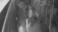 2 anh em bị truy sát bằng dao và côn ba khúc