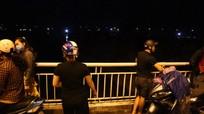 Trắng đêm tìm người đàn ông nghi nhảy cầu Bến Thủy tự tử