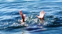 Cháu bé hơn 1 tuổi chết đuối trong bể nước nhà hàng xóm  