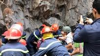 40 cảnh sát cứu hai mẹ con bị núi lở vùi lấp khi đang đốt vàng mã