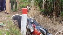 2 thanh niên tử vong khi xe máy chở 3 lao vào cột mốc