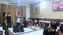 Bắt nóng 17 thanh niên nam nữ thuê khách sạn 'bay lắc', phê ma túy bất chấp lệnh cách ly