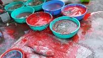 Tạm giữ 4 đối tượng tạt sơn vào hàng hải sản của người phụ nữ đang bày bán ở chợ