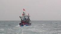 Ứng cứu tàu cá Nghệ An hỏng máy đang trôi dạt trên biển