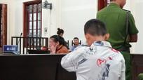 Nhói lòng hình ảnh đứa trẻ mồ côi cha bật khóc khi gặp mẹ tại tòa