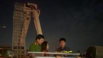 Giải cứu một phụ nữ mắc kẹt trên cột điện