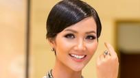 """Hoa hậu H'Hen Niê diện đầm hở vai xinh đẹp tựa """"nữ thần"""""""