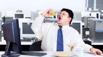 Những nguy hại khi ăn trưa ở bàn làm việc không thể bỏ qua