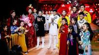 Phi Nhung tự tin trình diễn thời trang áo dài trên sàn catwalk