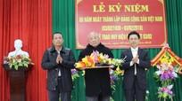 Phó Bí thư thường trực Tỉnh ủy trao huy hiệu 70 tuổi Đảng cho các đảng viên huyện Nghi Lộc