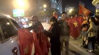 Cờ Tổ quốc và kèn cổ vũ đắt khách ngay chiến thắng ngoạn mục của Việt Nam