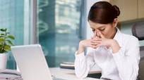 """Những bệnh nguy hiểm đang """"rình rập"""" phụ nữ văn phòng"""