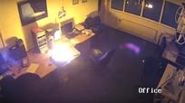 Laptop phát nổ khi sạc qua đêm, cả căn phòng bị thiêu rụi