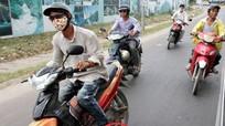 Đi xe máy quên gạt chân chống bị phạt tới 3 triệu đồng