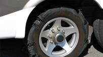 8 bước xử lý xe ô tô nổ lốp giữa đường