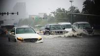 Mẹo lái xe ô tô an toàn qua vùng ngập nước