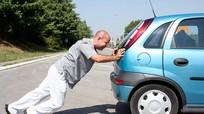 Không khởi động được ô tô vì ắc quy hết điện, phải làm sao?