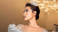 Siêu mẫu Minh Tú diện váy đính 50.000 viên pha lê, nặng 25 kg lên sàn diễn