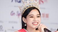 Người đẹp Việt điêu đứng vì thị phi sau khi đăng quang Hoa hậu