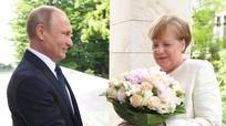 Tổng thống Putin tặng hoa cho bà Merkel