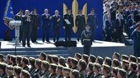 """""""Điềm gở"""" - Truyền thông đếm xem bao nhiêu lần lính Ukraina ngất xỉu khi có mặt Poroshenko"""