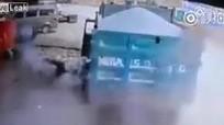 Lốp xe tải nổ tung như bom hạ gục thợ sửa chữa