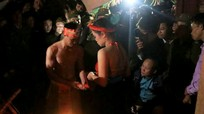 Xem cặp đôi thực hiện nghi lễ 'Linh tinh tình phộc' trước thiên hạ