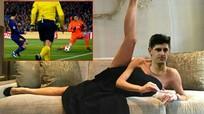 Sau hai lần bị Messi 'xâu kim', chân dài của thủ môn Chelsea trở thành trò cười