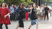 Dàn sao nam nữ 'bế bụng bầu' nhảy múa trên phố đi bộ