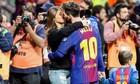 Messi hôn vợ 'quên trời đất' trên sân bóng sau khi vô địch Cup nhà vua