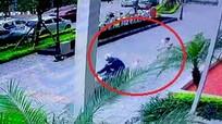 Cẩu tặc cướp chó, kéo lê cả chủ hàng chục mét ở giữa phố