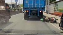 Bị bánh xe tải chèn qua đầu, tài xế xe máy đứng dậy sau vài giây