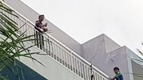 Giải cứu nam thanh niên định nhảy lầu bệnh viện vì thất tình