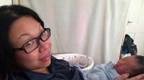 Cơ thể bà mẹ bốc mùi do kiêng cữ một tháng sau sinh không tắm gội