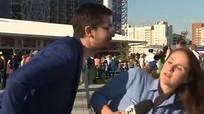 Nữ phóng viên tránh được nụ hôn trộm khi tác nghiệp ở World Cup