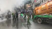Xe hút bể phốt tham gia chữa cháy, mùi hôi bốc lên cả góc phố