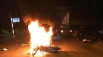 Xe máy bốc cháy sau va chạm với ôtô tải, một người chết