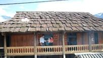 Những ngôi nhà sàn cổ, mái gỗ thơm nức mùi pơ mu