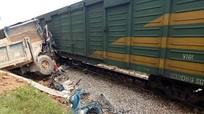 Cố lao qua đường sắt, ôtô tải bị tàu hàng tông nát bét